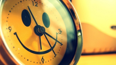 clock-smile-yellow-reflection